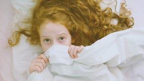 trapunta addormentata della ragazza e di trazione impaurita sulla testa stock footage