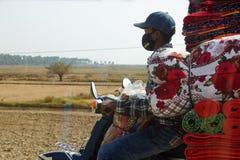 Trapunte e lettiera di trasporto sul motociclo Immagini Stock