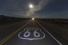 Trasa 66 nocy księżyc z reflektorami zdjęcie royalty free