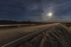 Trasa 66 z księżyc w pełni i rysowanie pociągiem fotografia royalty free