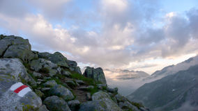 Trascini l'indicatore nelle alpi svizzere su una bella mattina vicino al Furkapass Immagine Stock