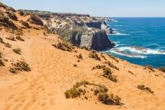 Trascini sopra le dune nella spiaggia in Almograve Immagine Stock Libera da Diritti