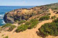 Trascini sopra le dune nella spiaggia in Almograve Fotografia Stock