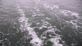 Trascini sull'acqua dopo avere passato la nave video d archivio