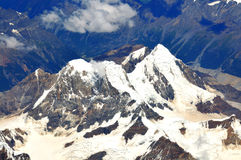 Trascuranza delle montagne snow-capped Fotografia Stock