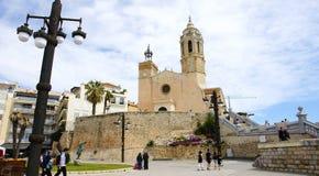 Trascuratezza del centro di Sitges con la chiesa Fotografia Stock Libera da Diritti