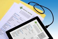 Trasferimento della cartella sanitaria nella compressa fotografie stock libere da diritti