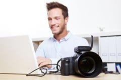 Trasferimento di dati dalla macchina fotografica digitale Immagini Stock Libere da Diritti