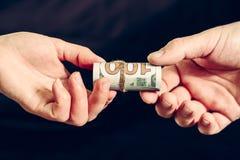 Trasferimento di soldi nelle banconote in dollari, ricevente un dono immagine stock libera da diritti