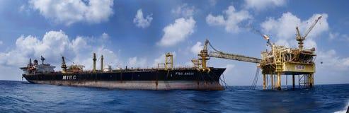 Trasferimento offshore dello strumento del lavoratore nell'altra nave immagini stock