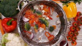 Trasformando una minestra di verdura, ingredienti che cadono la cottura del vaso video d archivio