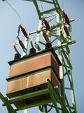 Trasformatore ad alta tensione sul pilone del metallo Fotografia Stock