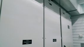 Trasformatore del gabinetto di protezione ed interruttore di comando automatico Sottostazione modulare stock footage