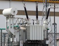 Trasformatore elettrico ad alta tensione sulla sottostazione elettrica fotografie stock