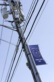 Trasformatore elettrico e cavi veduti in un palo pratico negli Stati Uniti orientali fotografie stock libere da diritti