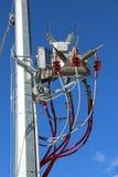 trasformatore elettrico e grandi cavi ad alta tensione rossi Immagini Stock