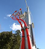 trasformatore elettrico e grandi cavi ad alta tensione rossi Fotografie Stock