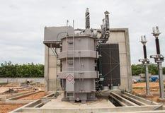 Trasformatore elettrico nella sotto stazione 115 kv/22 chilovolt fotografia stock