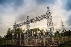 Trasformatori ad alta tensione ed attrezzature elettriche dei convertitori nella h Fotografie Stock Libere da Diritti