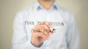 Trasformi la vostra passione nel profitto, scrittura dell'uomo sullo schermo trasparente Fotografie Stock Libere da Diritti