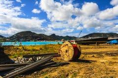 Trash à gauche dans le chantier naval dans St Maarten images libres de droits