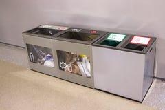 Trash cada tipo de lixo na área ou no impo do aeroporto internacional fotografia de stock royalty free