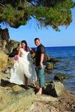 Trash el vestido - novia y novio felices foto de archivo