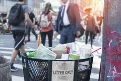 Trash il secchio della spazzatura sulla via di New York City con la gente e il copyspac Immagini Stock Libere da Diritti