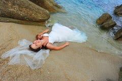 Trash il vestito alla spiaggia - ritratto della sposa Immagini Stock