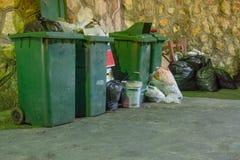 Trash la collection de attente dans la faible lumière de dessous sordide en Th Photo stock