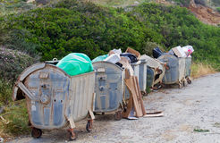 Trashbins rodados sobrecarregados Fotografia de Stock
