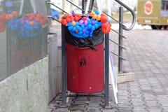 Trashcan με τα πολύχρωμα λουλούδια Στοκ Φωτογραφίες