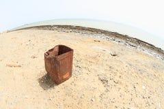 Trashcan στην εγκαταλειμμένη παραλία σε Marsa Alam στοκ εικόνες με δικαίωμα ελεύθερης χρήσης