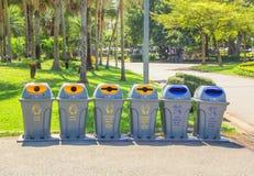 Trashcan στο πάρκο στοκ εικόνα με δικαίωμα ελεύθερης χρήσης
