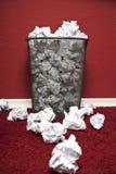 Trashcan die met verfomfaaid document wordt gevuld Stock Afbeelding