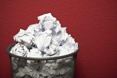 Trashcan die met verfomfaaid document wordt gevuld Stock Foto