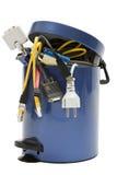Trashcan mit Elektronikschrott Lizenzfreie Stockfotos