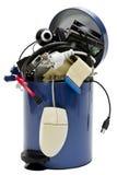 Trashcan mit Elektronikschrott Stockfotografie