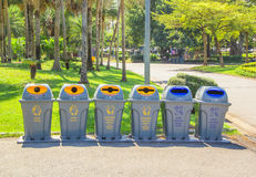 Trashcan no parque imagem de stock royalty free