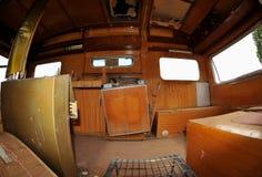 Trashed, alter Wohnwagen/kleiner Schlussteil parkten in einem Schmutz Lizenzfreie Stockbilder