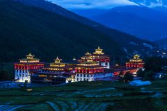 Trashi Chhoe Dzong в ночи, Тхимпху, Бутане стоковое изображение