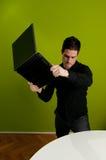 Trashing den Laptop Stockfotos