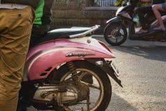 Trashy hipster roze autoped die op zonlicht op een zonnige dag wijzen stock foto's