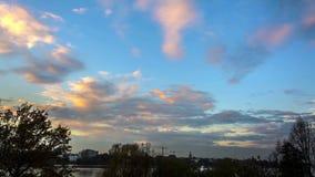 Trasiga moln, solnedgångavståndssikt från vid Hamburg Alster sjön, Timelapse stock video