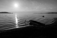 Trasimeno湖翁布里亚美丽的景色日落的,当下来小的小船和太阳 图库摄影