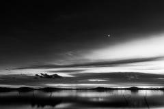 Trasimeno湖翁布里亚,黄昏的意大利美丽的景色,与黑白口气和月亮在天空 库存照片