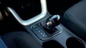 Trasmissione automatica, cambio automatico Sposti la manopola in automobile stock footage