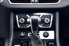 Trasmissione automatica del selezionatore con cuoio perforato all'interno di un'automobile costosa moderna fotografie stock libere da diritti