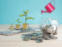 trasparente veda attraverso il porcellino salvadanaio riempito di monete su fondo bianco immagini stock