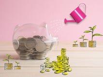 trasparente veda attraverso il porcellino salvadanaio riempito di monete su fondo bianco fotografia stock